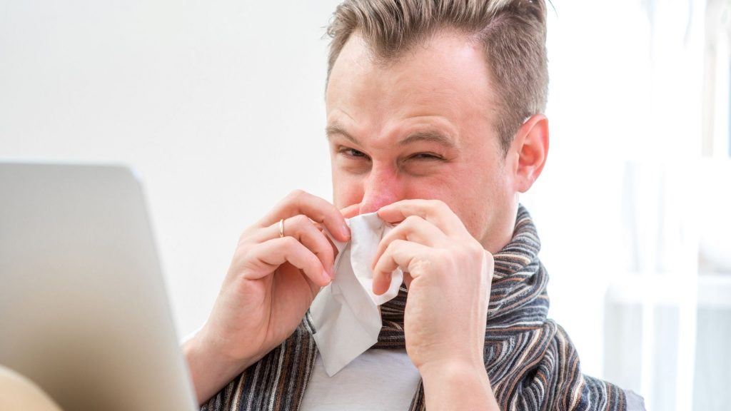 Consigli per lavorare in smart working e non raffreddarsi come l'uomo in foto