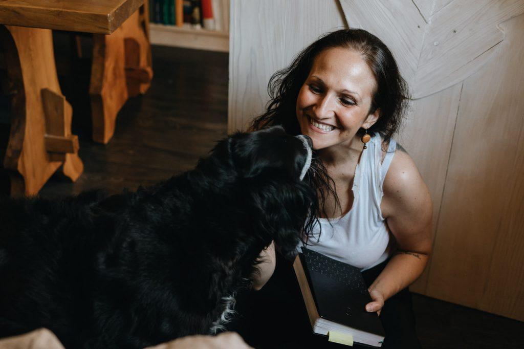Due cuori ed infinite stelle parla di amore: Marianna Brogi col suo amato cagnolone