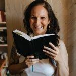 Foto di Marianna Brogi mentre legge, un sorriso che scalda il cuore