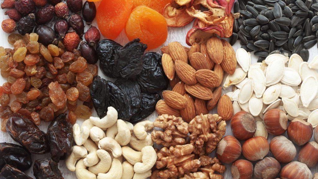 Mix di semi oleosi per nutrire gli uccellini. Imparare come proteggere gli animali dal freddo è molto importante
