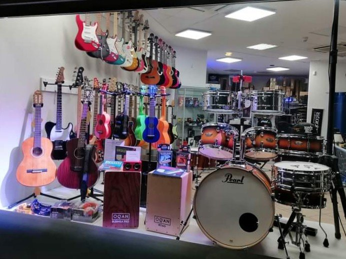 Una foto di Back Corner music shop, dalla strada. Gli strumenti musicali sono tutti ben visibili.