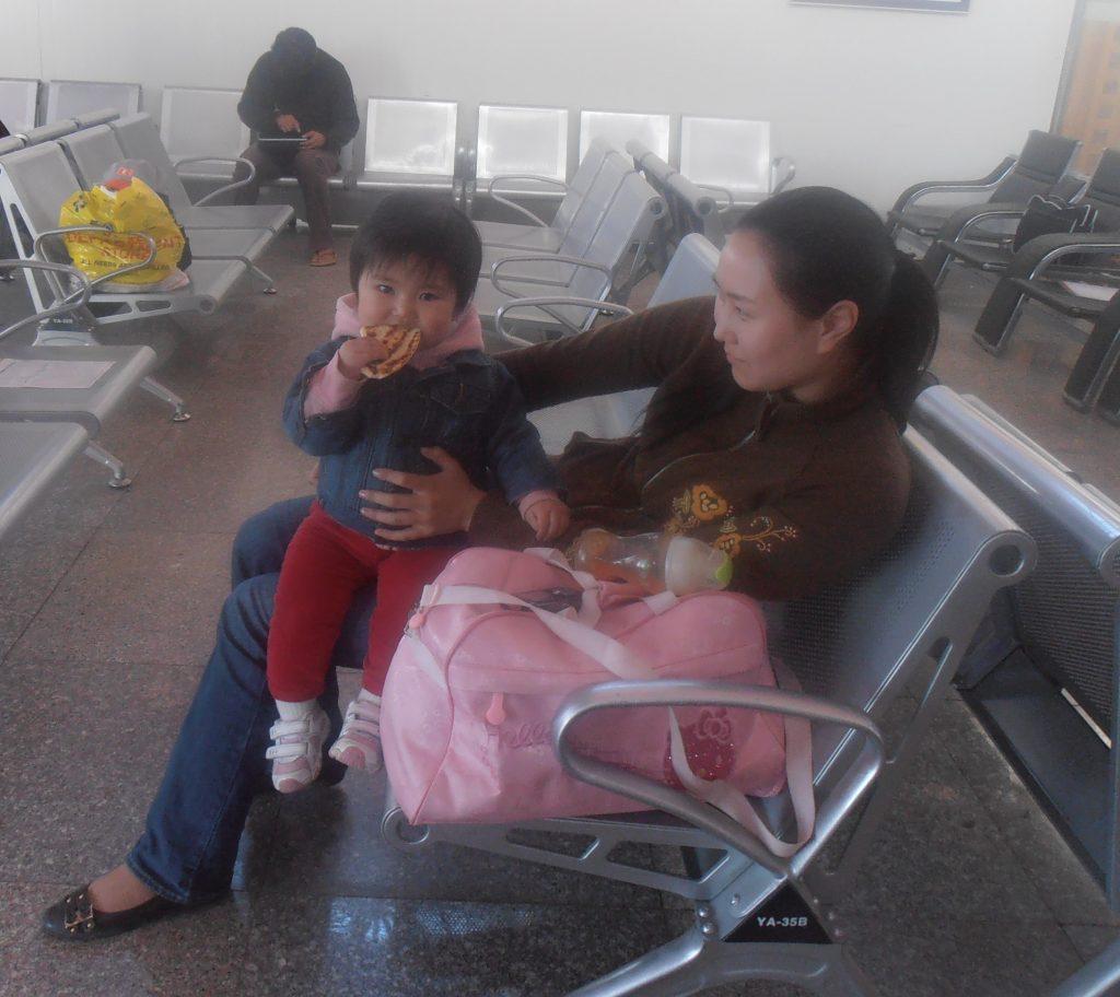 Bimba che mangia la piadina in Mongolia. E' un sapore anche per lei familiare considerando che la storia della piadina romagnola è la storia dei pani ancestrali
