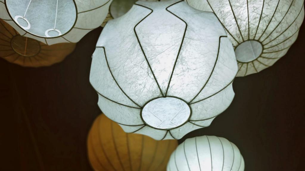 il lampadario d'invenzione e recupero dello showroom Silent People