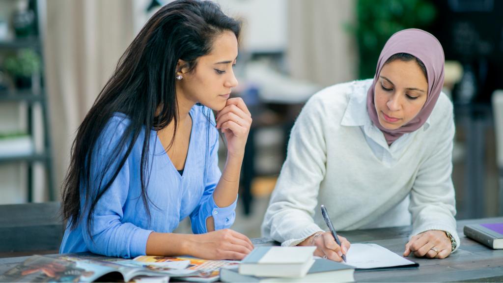 Vivere smart significa parità di genere: due donne che lavorano
