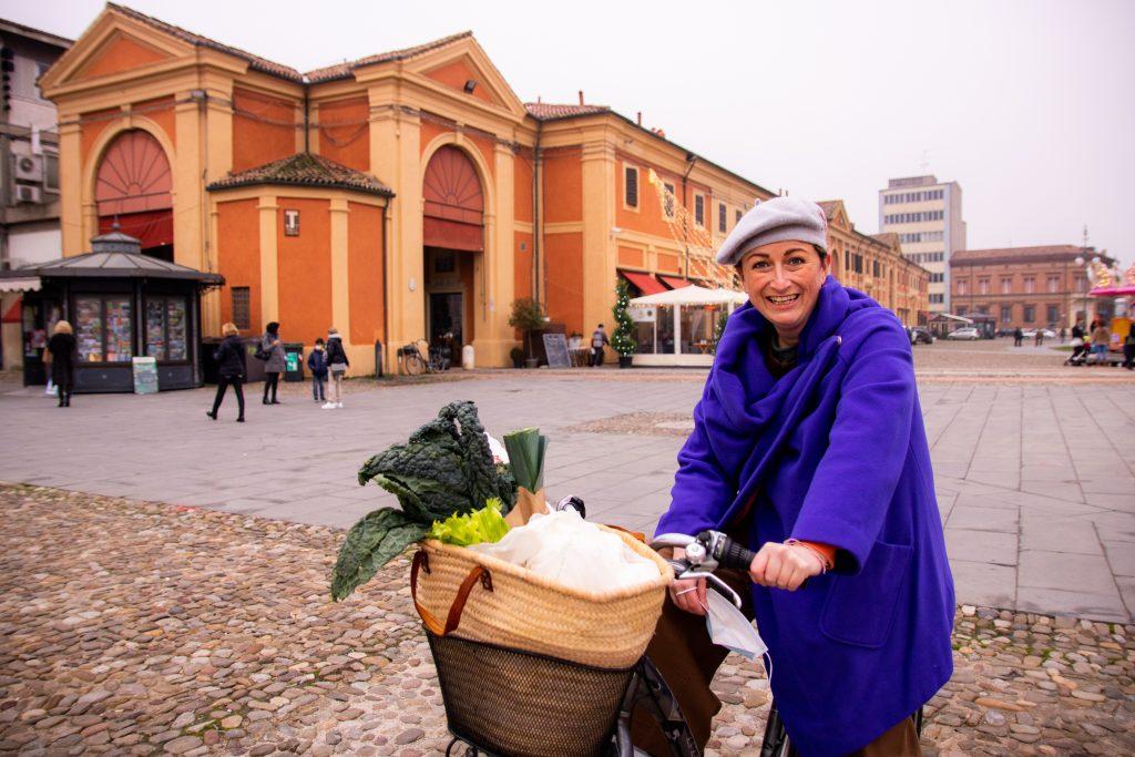 vivere smart in Romagna è mobilità sostenibile: foto di me mentre faccio la spesa in bici