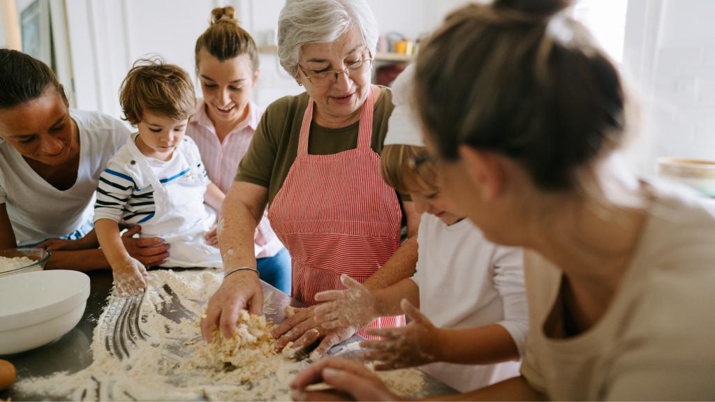 azdora significato di donna che si prende cura degli altri, come questa nonna che cucina per e con i nipoti
