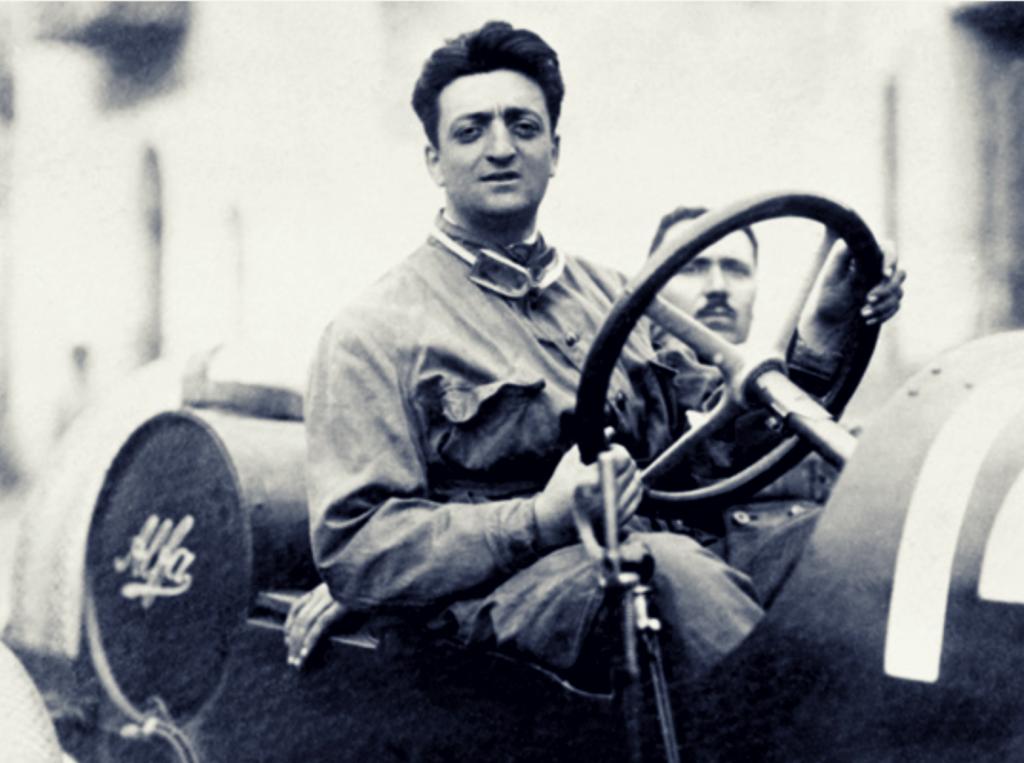 Foto d'epoca di Enzo Ferrari alla guida dell' Alfa Romeo RL 3000 cc 6 cilindri