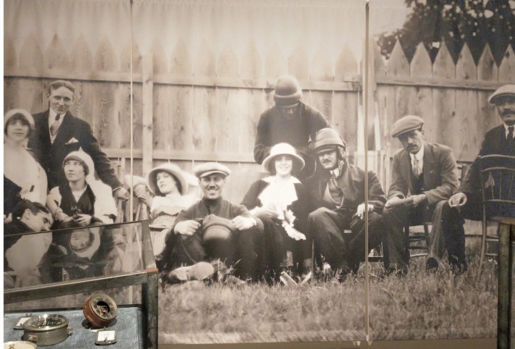 Foto di gruppo di Assi della Squadriglia degli Assi e ragazze, custodita al museo di Francesco Baracca di Lugo