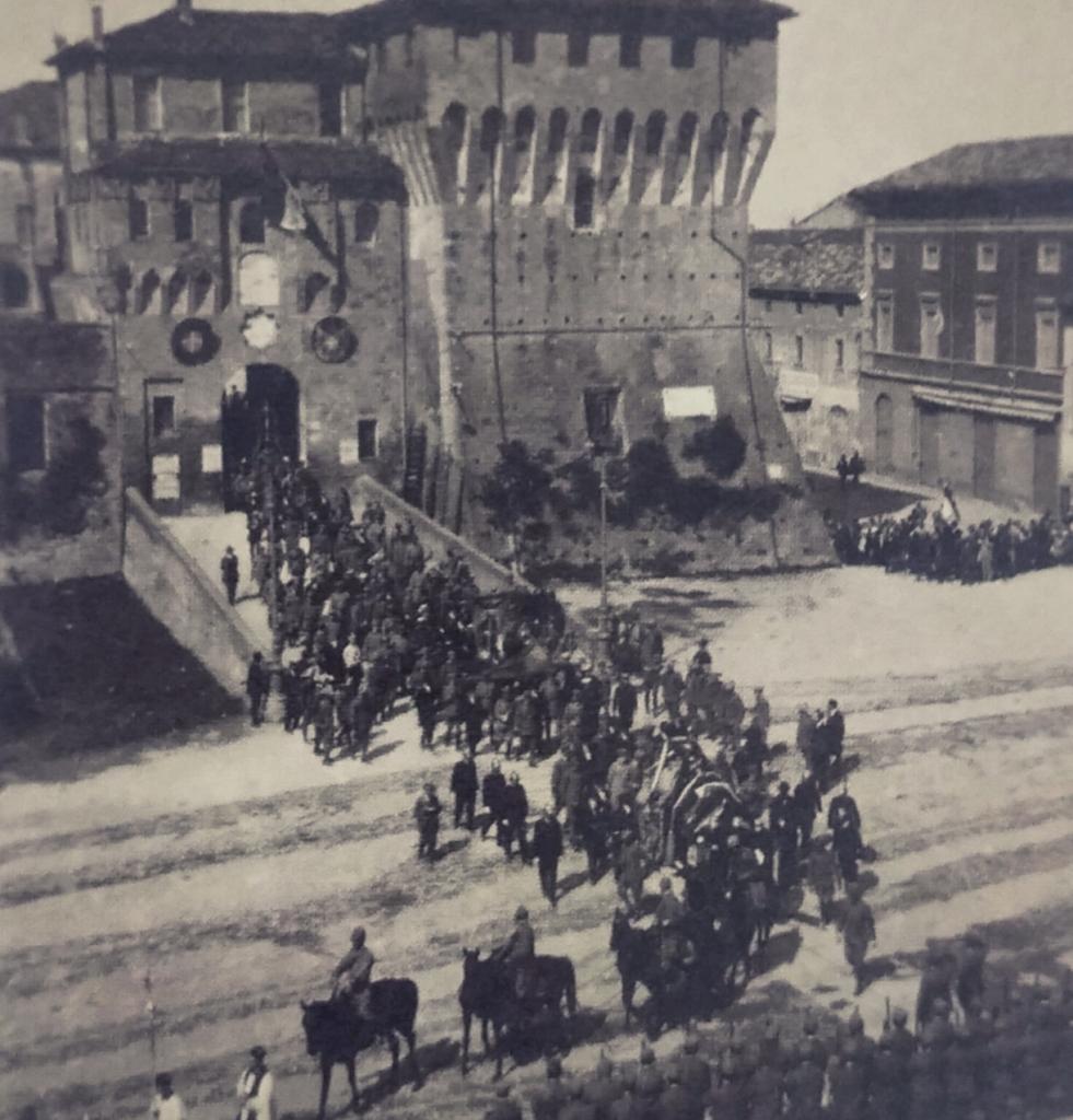 Il corteo funebre che accompagna Francesco Baracca alla sepoltura, mentre esce dalla Rocca Estense di Lugo di Ravenna