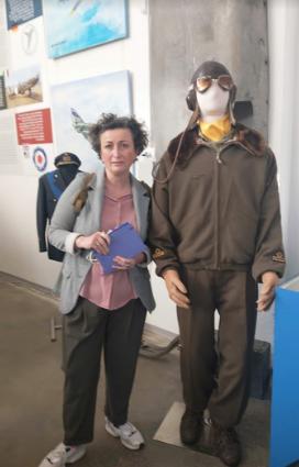 Riapertura musei in Romagna: io accanto ad un manichino di aviatore al museo dell'aviazione dei Romagna Air Finders