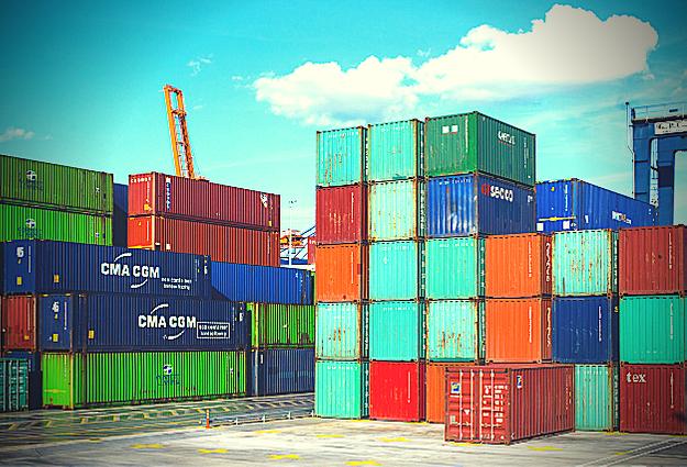Intimo artigianale si contrappone all'importazione di abbigliamento intimo, in foto container al porto