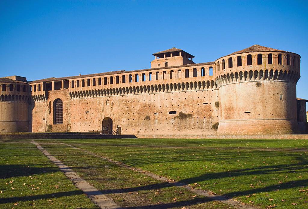 la Rocca sforzesca di Imola come punto di partenza ideale per itinerari in moto in Emilia Romagna