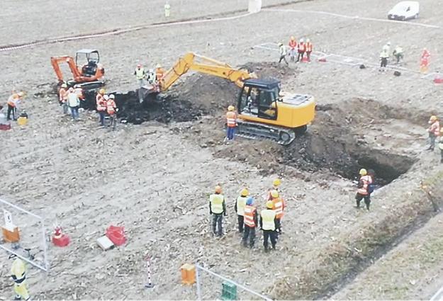 Foto che riprende le fasi di scavo per riportare aereo e pilota in superficie. Il cantiere è enorme