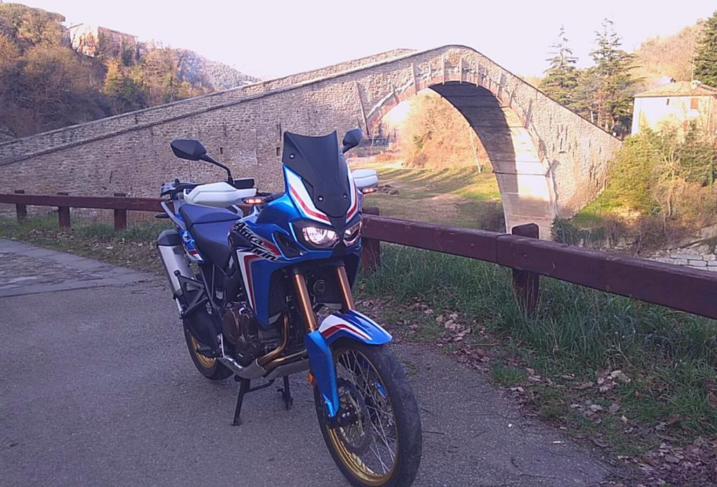 Il ponte degli Alidosi a Castel del Rio, meta emozionante per itinerari in moto in Emilia Romagna