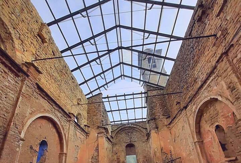 Gli itinerari in moto in Emilia Romagna possono essere stupefacenti, come arrivare alla chiesa di Valmaggiore, con il tetto in cristallo qui fotografata