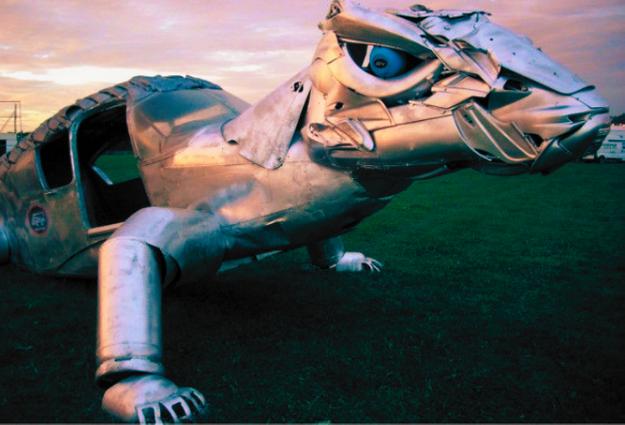 cosa vedere in Romagna assolutamente la città di Mutonia a Santarcangelo di Romagna con queste statue ottenute dal recupero di rifiuti di mutoid waste company