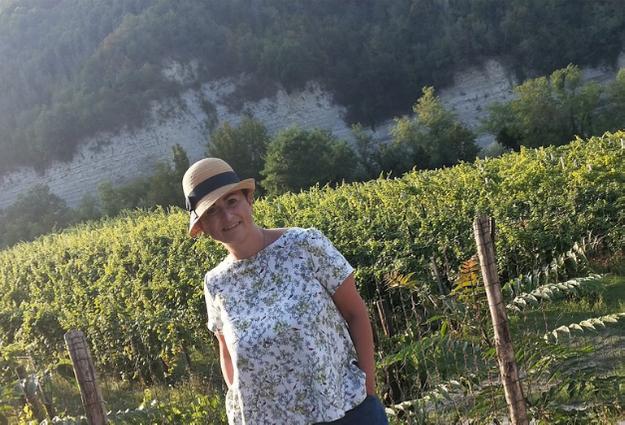 io davanti alla vigna di Andrea Bragagni di vino naturale