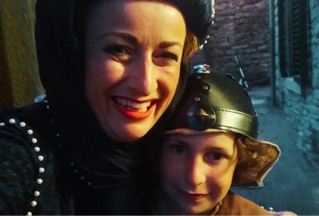 Selfie con figlio in costume medioevale: le vacanze di cultura e arte sono per tutta la famiglia