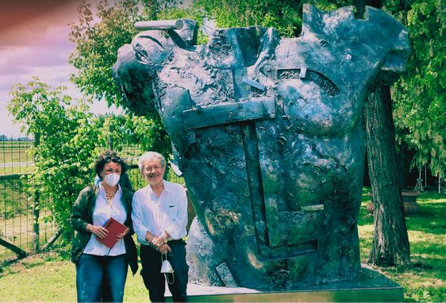 Cosa vedere in Romagna esposizione di Land Art di Gunther Stilling qui in pposa con me davanti ad una sua statua monumentale presso il labirinto effimero di Alfonsine