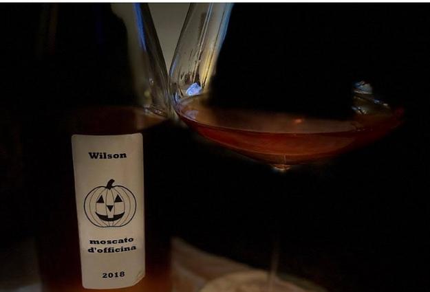 bottiglia di vino naturale rosso ai tavoli della vineria Coramella a Brisighella
