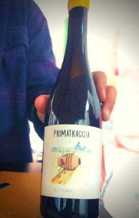 etichetta Primatraccia perfetto per capire i vini naturali cosa sono, ovvero uno statuto anarchico