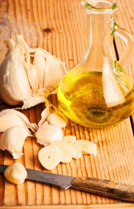 Olio extravergine di oliva ed aglio secco ingredienti centrali della ricetta di pasta estiva colorata spaghetti alla rapa rossa