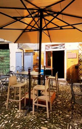 degustazioni Brisighella l'esterno della vineria Coramella che serve eccellenze gastronomiche di Romagna e vino vivo vino naturale