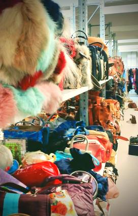 Scarpe ed accessori di brand della fashion industry internazionale esposti presso gli archivi di ricerca Mazzini a Massa Lombarda per permettere ai clienti di fare profile fashion