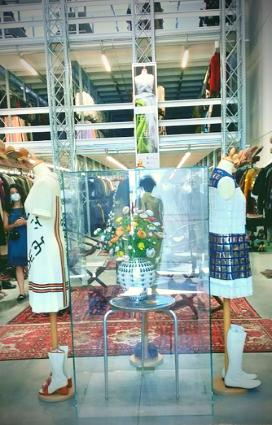 Scarpe ed accessori di brand di moda italiana esposti presso gli archivi di ricerca Mazzini a Massa Lombarda