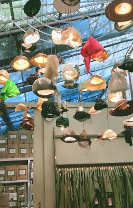 esposizione di copricapi cappelli e berretti vintage da A.N.G.E.L.O. Vintage Palace a Lugo una delle eccellenze della Bassa Romagna