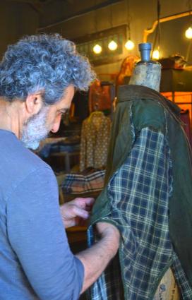 Filippo Biancoli titolare di Silent People alle prese con una sua creazione, non a caso l'azienda è tra le eccellenze della Bassa Romagna nel polo del Vintage