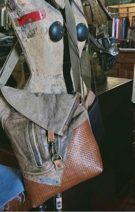 Borsa in tela di sacco diegli artigiani del riciclo Silent People di Lugo, azienda del Polo del Vintage una delle eccellenze della Bassa Romagna
