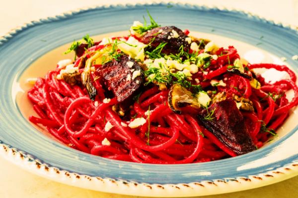 Vuoi stupire tutti con una ricetta di pasta estiva colorata e buonissima? Per te la ricetta degli spaghetti con la rapa rossa!