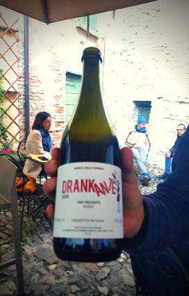Bottiglia di vino naturale venduto presso la vineria Coramella di Brisighella presso cui i titolari sapranno spiegarti come si faccia a produrre vino naturale