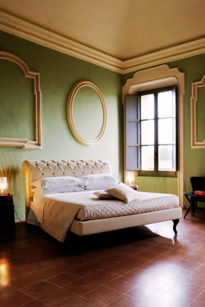 questa camera dell' Hotel Antico Convento San Francesco di Bagnacavallo si chiama Vitis 1753 ed è interamente ispirata al processo di vinificazione dormire in convento in un modo completamente alternativo in Bassa Romagna