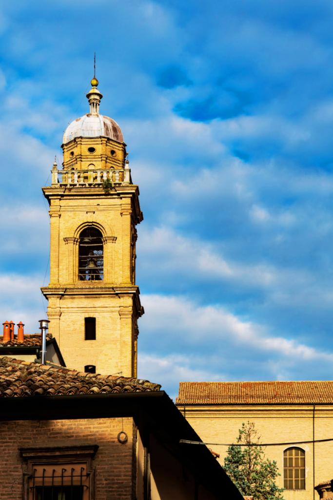 Dormire in convento torre dell'Antico Convento San Francesco di Bagnacavallo in Bassa Romagna uno dei monasteri che ospitano turisti più bello che abbia mai visitato