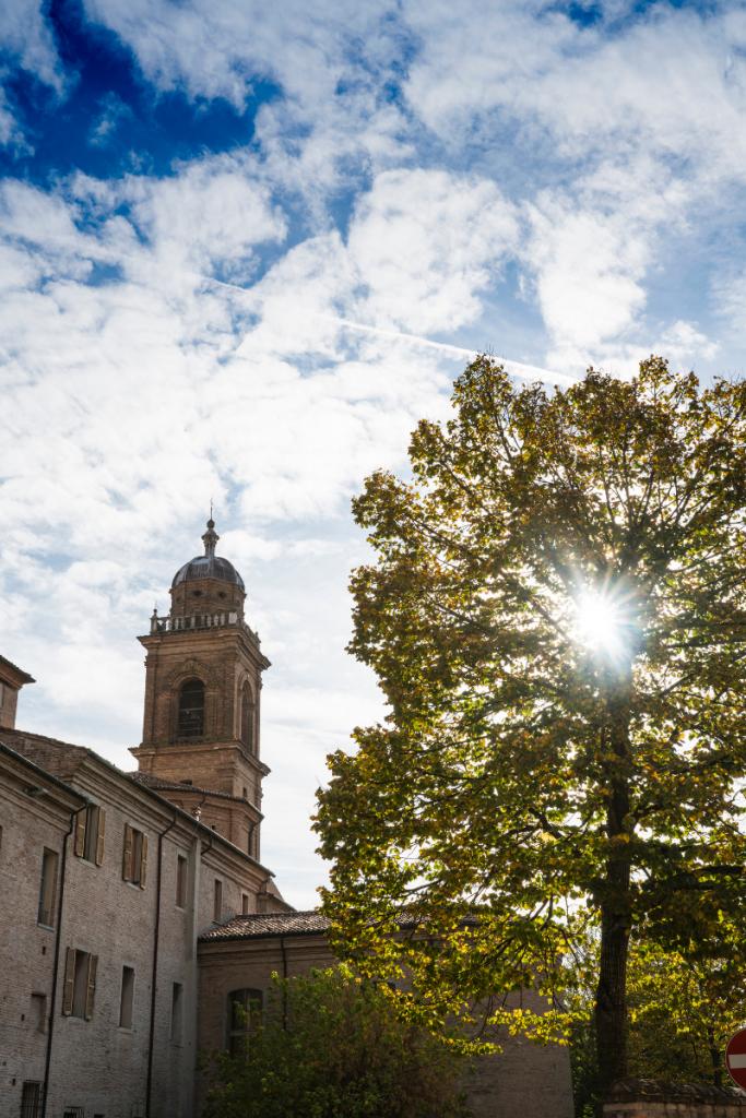 Facciata della torre dell' Antico Convento San Francesco, oggi hotel dormire in convento a Bagnacavallo nella Bassa Romagna