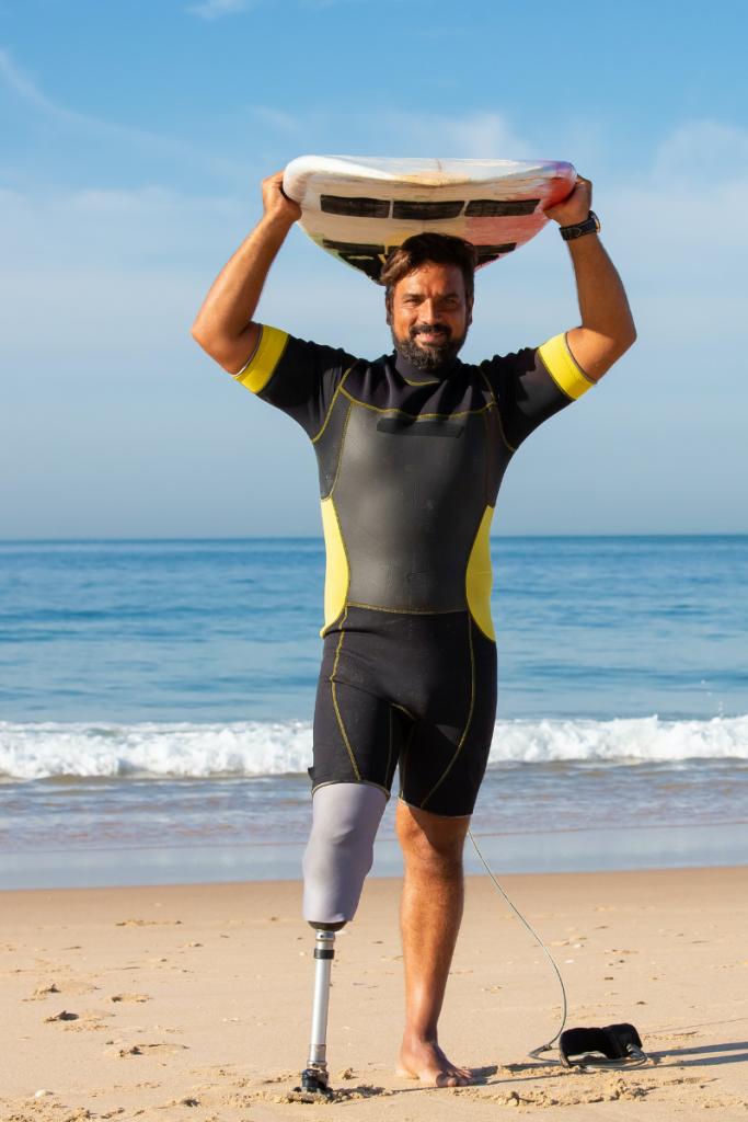 un surfer disabile è l'immagine perfetta delle vacanze in Romagna per persone con disabilità