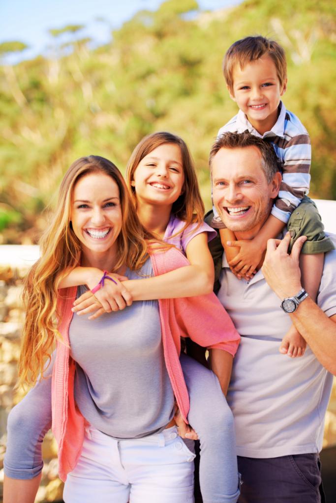 una famiglia al completo genitori e figli trascorrono le vacanze in Romagna con bambini