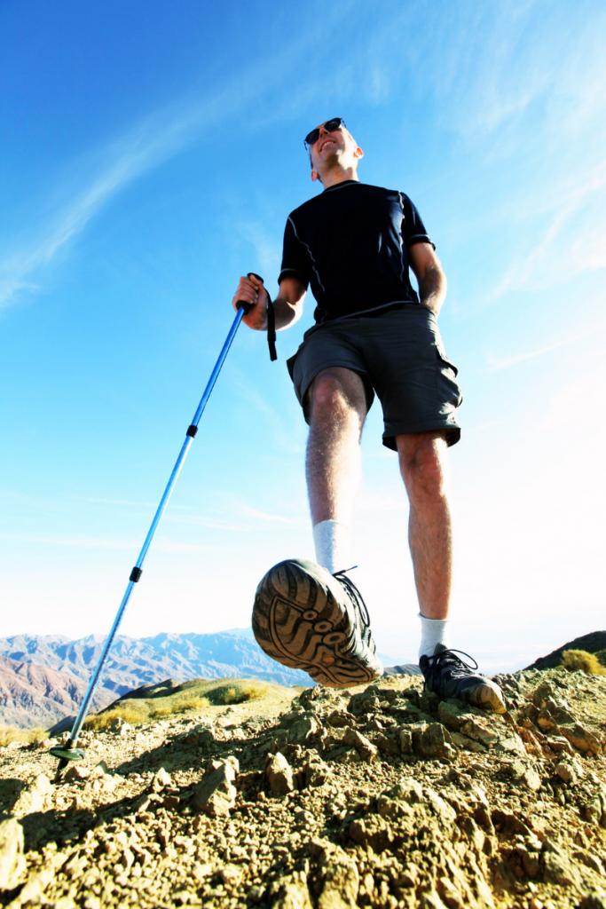 uomo che fa trekking nelle sue vacanze in Romagna