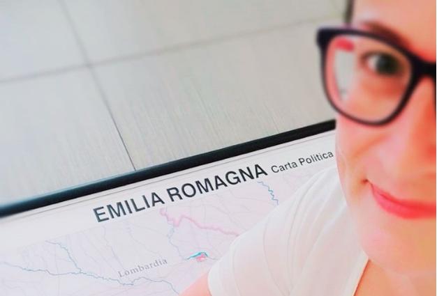vacanze in Romagna, io seduta sulla cartina dell'Emilia Romagna