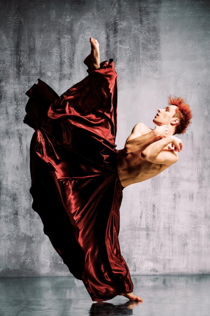 Scatto di danza contemporanea, un ballerino. Cosa vedere in Romagna in autunno? I tantissimi festival offrono tante possibilità