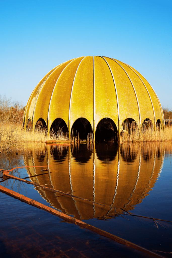 Cosa vedere in Romagna in autunno? Archeologia industriale, ecco la cupola della discoteca Woodpecker di Milano Marittima