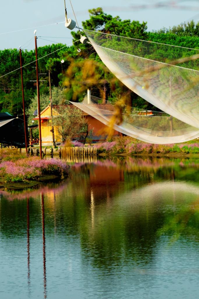 un capanno da pesca delle valli di Comacchio, meta dei tanti itinerari in moto in Romagna nel parco del Delta del Po