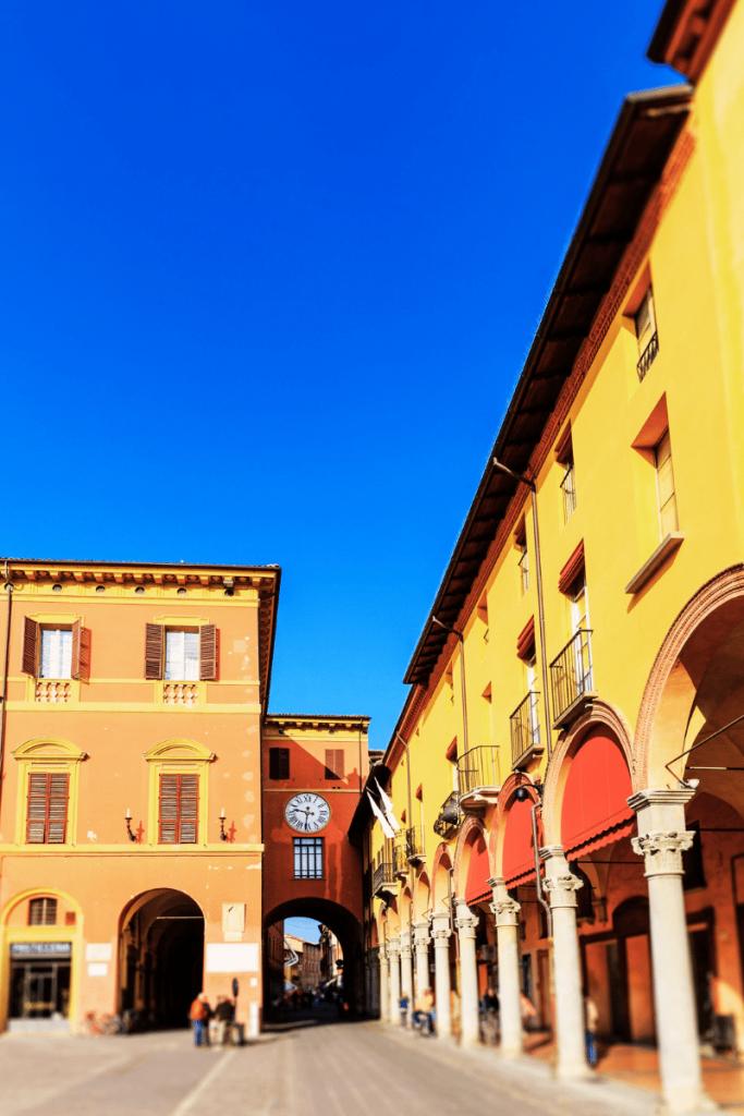 Uno scorcio della caratteristica piazza Matteotti a Imola con i loggiati coperti