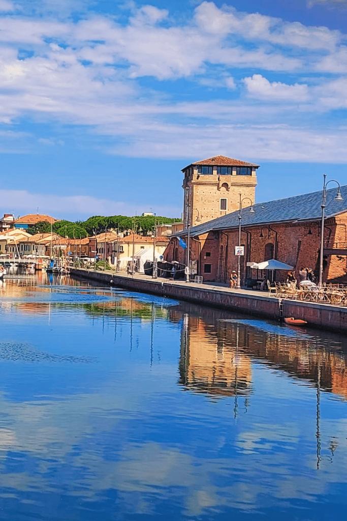 Cervia è una tra le prime città italiane più ricercate su Google nell' estate 2021, in foto il canale con le strutture dei depositi di sale