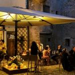 Aperitivo a Brisighella il dehor di Coramella vineria di vino naturale a Brisighella che diventa locale esclusivo su prenotazione