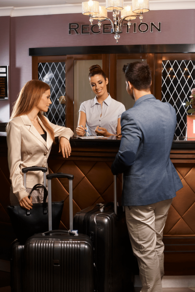reception di un hotel clienti che parlano con consierge