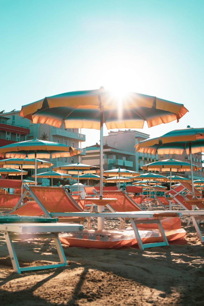Riccione è una tra le prime città italiane più ricercate su Google nell' estate 2021 in foto la famosa spiaggia