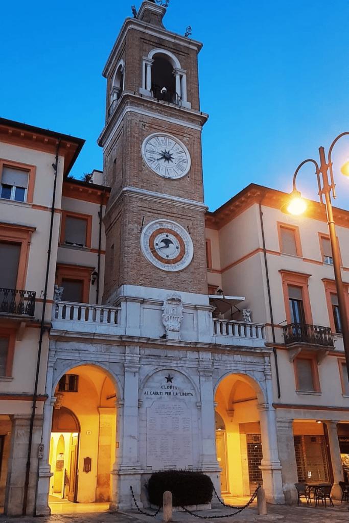 Rimini è una tra le prime città italiane più ricercate su Google nell' estate 2021 in foto la torre dell'orologio